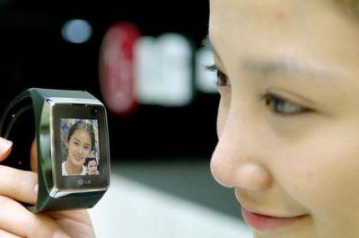 lg-lancia-il-primo-cellulare-3g-da-indossare-come-un-orologio LG lancia il primo cellulare 3G da indossare come un Orologio